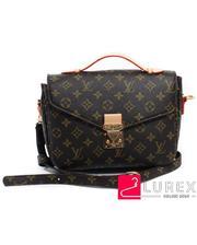 Женская сумка с плечевым ремнем - коричневая, с брендовым принтом, среднего размера
